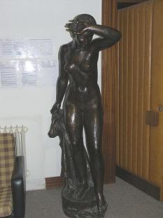 Žena vstupující do lázně